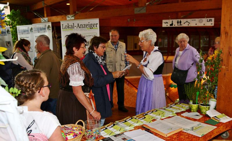 Begrüßung der Besucher am Infostand bei der Gewerbeschau 2014