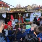 Feldmochinger Adventsmarkt 2015 - Der Weihnachtsmann beschenkt die Kinder