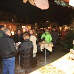 Feldmochinger Adventsmarkt 2015 - Man unterhält sich angeregt