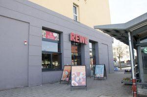 Rewe-Markt am Walter-Sedlmayr-Platz in München-Feldmoching