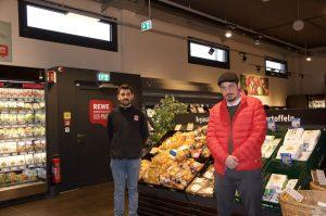Serdar Kayacan (rechts im Bild) im Rewe-Markt am Walter-Sedlmayr-Platz in Feldmoching